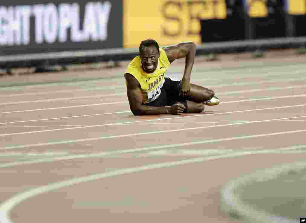 Le Jamaïcain Usain Bolt après s'être blessé sur le 4x100 mètres lors du championnat du monde d'athlétisme, à Londres, le 12 août 2017.