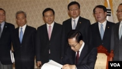 El presidente de Corea del Sur, Lee Myung-Bak, con todo su gabinete en la casa presidencial en Seúl.