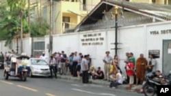 申请签证的人在缅甸驻曼谷使馆前排起长龙