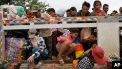 Người lao động nhập cư Campuchia xuống xe khi đến cửa khẩu Poipet, ngày 17/6/2014.