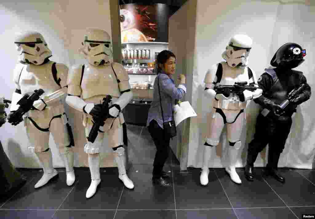 បុគ្គលិកហាងលក់ទំនិញមួយដើរកាត់បុគ្គលិកដទៃទៀត ដែលស្លៀកក្នុងឯកសណ្ឋានជា Stormtrooper និង Death Star Gunner (ខាងស្តាំ) នៅក្នុងភាពយន្ត «Star Wars» នៅមុនពេលដាក់បង្ហាញជាសាធារណៈនូវរបស់ក្មេងលេងថ្មីនៃភាពយន្តនោះនៅឯហាងលក់ទំនិញ Loft Variety នៅសង្កាត់លក់ទំនិញ Shibuya នៅក្រុងតូក្យូ ប្រទេសជប៉ុន។