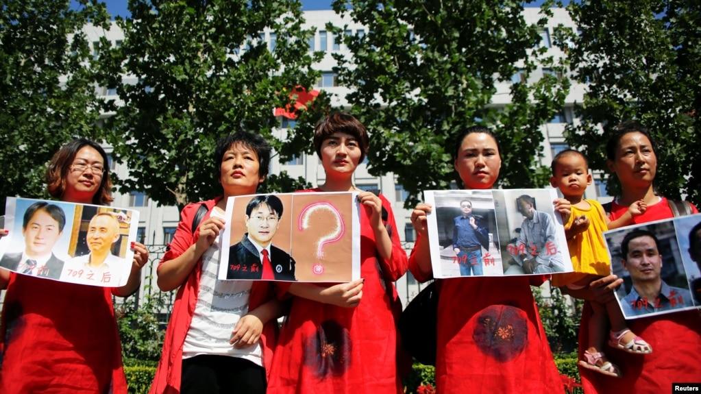 资料照:中国709案被关押的人权律师的家属在北京的最高法院前要求释放她们的丈夫。(2017年7月7日)