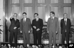中共中央13届政治局常委亮相,左起:赵紫阳、李鹏、乔石、胡启立、姚依林(1987年11月2日)