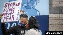 Građani protestuju na mestu gde je, nakon policijske intervencije, preminuo Džordž Flojd