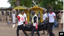 Ma'aikatan kungiyar agaji ta Red Cross suke dauke gawar wani da harin Boko Haram ta rutsa da shi.