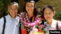 អ្នកស្រី Sakara Seng (កណ្ដាល) ដែលជាកូនស្រីរបស់លោក សៀង សេង បញ្ចប់ការសិក្សាជំនាញវេជ្ជសាស្ត្រពីសាកលវិទ្យាល័យ Stanford។ (រូបថតផ្ដល់ឲ្យដោយលោក សៀង សេង)