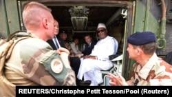Francuski predsednik Emanuel Makron sa francuskim trupama u Maliju, arhivska fotografija (Foto: REUTERS/Christophe Petit Tesson)