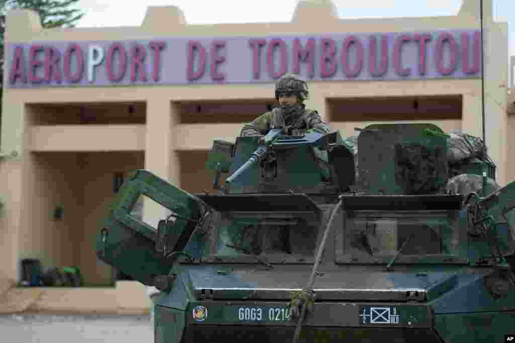 法軍公佈的照片顯示,1月28日一名法軍士兵守衛著馬里廷巴克圖市的機場