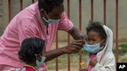 Des masques pour protéger les enfants dans une école d'Antananarivo, Madagascar, le 3 octobre 2017.