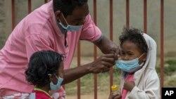 Des masques sont donnés aux enfants à cause de l'épidémie de peste à Antananarivo, Madagascar, le 3 octobre 2017.