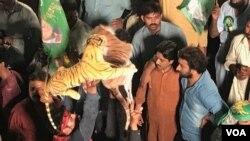 مسلم لیگ ن کے کارکن منگل کو صبح ہی جاتی عمرا پہنچ گئے تھے۔