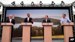 17일 G8 정상회담 개막 기자회견에 참석한 각 국 정상들. 왼쪽부터 호세 마뉴엘 바호주 유럽연합 집행위원장, 바락 오바마 미국 대통령, 반 롬푀이 유럽 이사회 의장, 데이비드 캐머런 영국 총리.