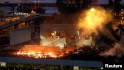 香港抗議者和警方星期天(11月17日)在理工大學外爆發激烈衝突。