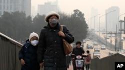 Seorang perempuan dan anaknya mengenakan masker di Beijing, China yang penuh dengan polusi udara (foto: dok). China dan India memiliki udara terburuk di dunia.
