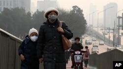 北京居民在严重雾霾中遮掩口鼻