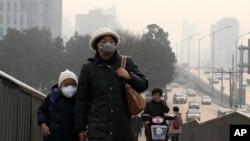 雾霾下的北京街头行人(2015年12月20日)