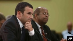 El Comisionado en funciones del IRS, Danny Werfel, y el Inspector General J. Russell George testifican en el capitolio.