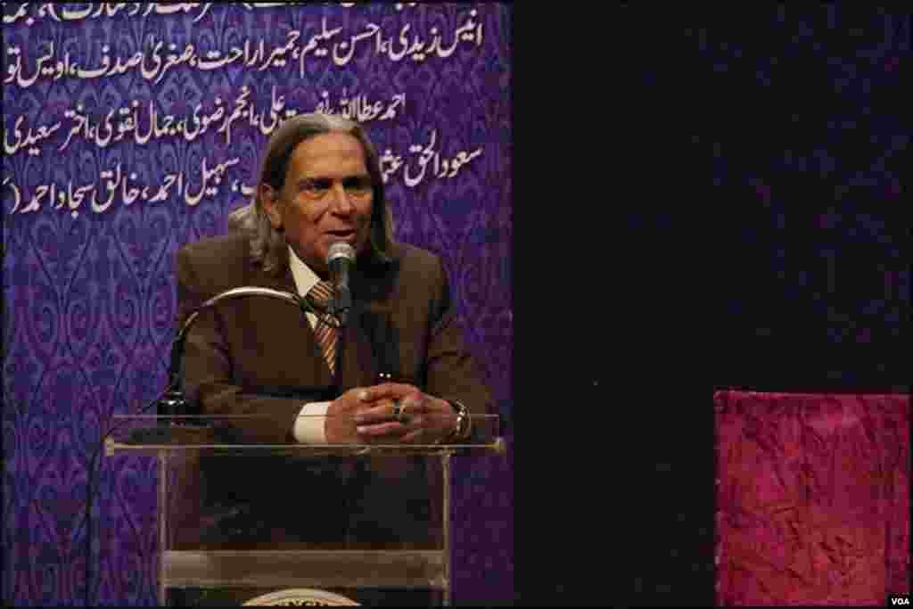 پروفیسر سحر انصاری اردو پر اپنا تبصرہ پیش کرتے ہوئے
