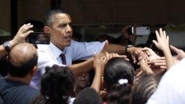Tổng thống Obama bắt tay các cử tri gốc Châu Mỹ Latinh tại Orlando, Florida.