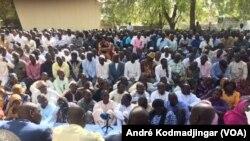 Les militantes et militants de la plate-forme syndicale revendicative en assemblée générale à la bourse de travail de N'Djamena, le 24 février 2018. (VOA/ André Kodmadjingar)