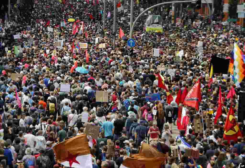 在德国北方的汉堡,数以千计的人举行反对20国集团峰会的示威(2017年7月8日)。
