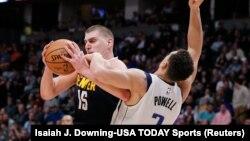 Nikola Jokić u duelu sa košarkašem Dalasa Dvajtom Pauelom (Foto: Reuters/Isaiah J. Downing-USA TODAY Sports)