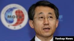조태영 한국 외교부 대변인이 11일 외교부 청사에서 열린 정례브리핑에서 한반도 비핵화문제 등에 대한 취재진의 질문에 답변하고 있다.