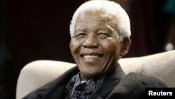 Nelson Mandela, de 94 años estuvo preso 27 años durante la época de la segregagción racial antes de convertirse en presidente.