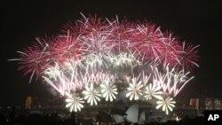 澳大利亚悉尼放烟花迎新年(2014年1月1日)