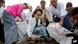 Lãnh tụ Liên minh Toàn quốc Ðấu tranh cho Dân chủ Myanmar, bà Aung San Suu Kyi, đã đích thân ra đường đi nhặt rác tại thị trấn Kawhmu ngày 13/12/2015.