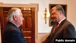 ABŞ Dövlət katibi Reks Tillerson Ukrayna prezidenti Petro Poroşenko ilə Vaşinqtonda görüş zamanı