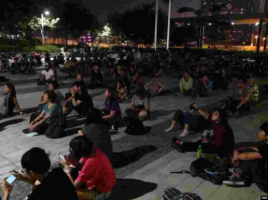 在各界呼籲撤離聲中示威者繼續堅守特首辦(美國之音海彥拍攝)