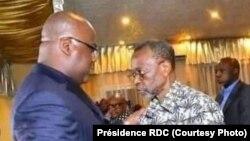 Kitenge Yesu (d) na président Félix Tshisekedi na Kinshasa, 2021. (Présidence RDC)