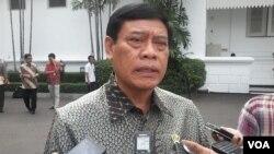 Menkopolhukam Tedjo Edy Purdijanto Kamis (4/12) di Kantor Presiden Jakarta memastikan pemerintah Indonesia tetap menjalankan politik dialog Jakarta – Papua dalam penyelesaian masalah gangguan keamanan (foto:VOA/Andylala).