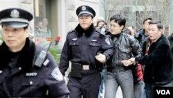 Polisi Tiongkok melakukan beberapa penangkapan terhadap aktivis yang diduga menyerukan unjuk rasa pro-demokrasi.