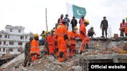 Dokter-dokter Pakistan dan tim SAR berupaya menyelamatkan para korban gempa di Nepal (Foto: dok).