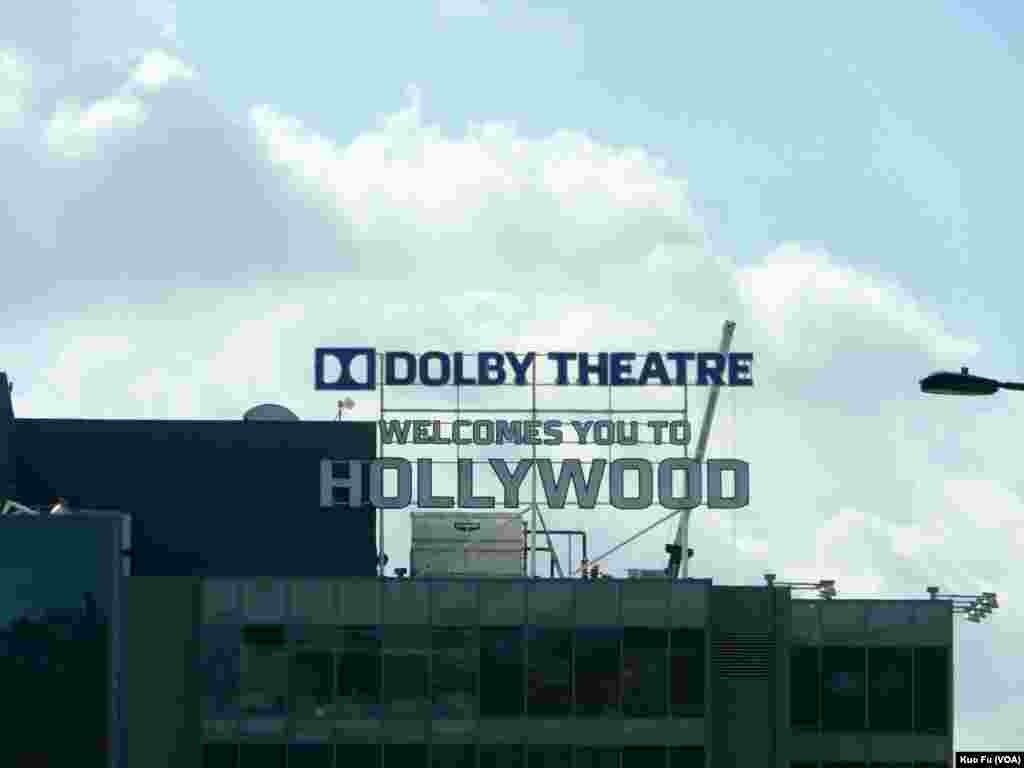 剧院外欢迎访客标志(美国之音国符拍摄)