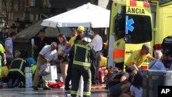 Une intervention des pompiers après qu'un véhicule a foncé sur une foule, faisant plusieurs morts et de nombreux blessés à Barcelone, Espagne, 17 août 2017.