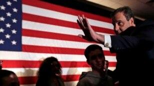 미국 공화당 대선 경선에 도전한 크리스 크리스티 뉴저지 주지사가 지난 9일 예비선거가 열린 뉴햄프셔주에서 지지자들에게 손을 흔들고 있다.