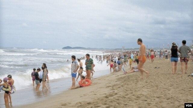 Cientos de  miles de personas aprovechan los días cálidos que quedan del verano y celebran el Día del Trabajo, nacionalmente feriado el lunes, en la playa.