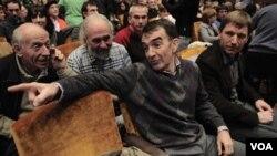 El abogado Íñigo Iruin y Rufino Exteberria del descalificado partido Batasuna durante la presentación de Sortu.