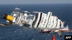 Tàu du lịch Costa Concordia gặp nạn gần đảo Giglio, Italia, ở một nơi chỉ cách bờ biển Italia vài trăm thước, ngày 14 tháng 1, 2012