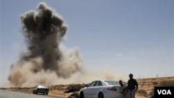 La aviación de Gadhafi bombardeó posiciones de los rebeldes en Ras Lanuf.