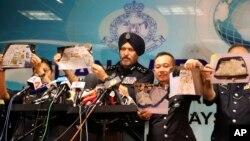 马来西亚警方展示他们查获的与前总理纳吉布有关的物品