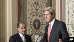 ທ່ານ John Kerry ປະທານຄະນະກຳມາທິການຄວາມສຳພັນຕ່າງ ປະເທດ ຂອງສະພາສູງສະຫະລັດ (ຂວາ) ແລະທ່ານ Mahmoud Jibril ຜູ້ຕາງໜ້າຂອງສະພາປົກຄອງໃນໄລຍະຂ້າມຜ່ານ ຫຼື NTC ຂອງພວກຝ່າຍຄ້ານລີເບຍລຸນຫຼັງການພົບປະທີ່ຫໍລັດຖະສະພາສະຫະ ລັດ (11 ພຶດສະພາ 2011)