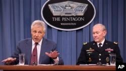 美國國防部長哈格爾(左)星期三和美軍參謀長聯席會議主席鄧普西將軍(右)向媒體介紹新財政年度國防部計劃。