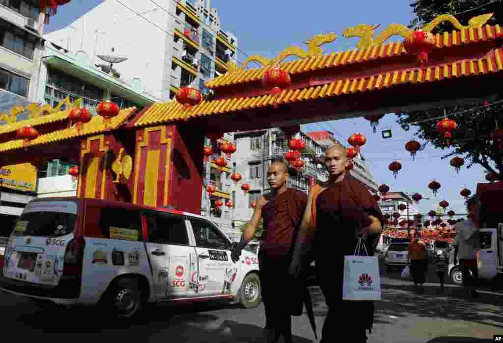 اس دوران چالیس روزہ جشن بہار بھی منایا جاتا ہے جس میں بڑی تعداد میں لوگ شرکت کے لیے مختلف مقامات کا سفر کرتے ہیں۔