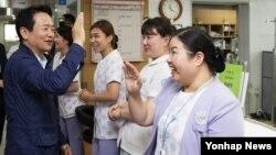 한국에서 중동호흡기증후군(메르스) 중점치료센터로 지정됐다가 20일 재개원한 경기도의료원 수원병원에 21일 남경필 경기도지사가 찾아가 간호사들과 하이파이브를 나누며 의료진을 격려하고 있다.
