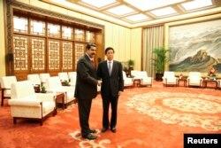 委内瑞拉总统马杜罗和中国人大常委会委员长栗战书2018年9月14日在北京会晤时握手。
