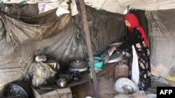 Một người Iraq tị nạn đang thu dọn căn lều